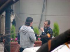 職務質問する警察官