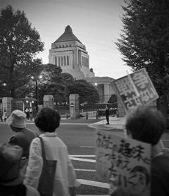 写真 14日 国会周辺で抗議行動する市民ら